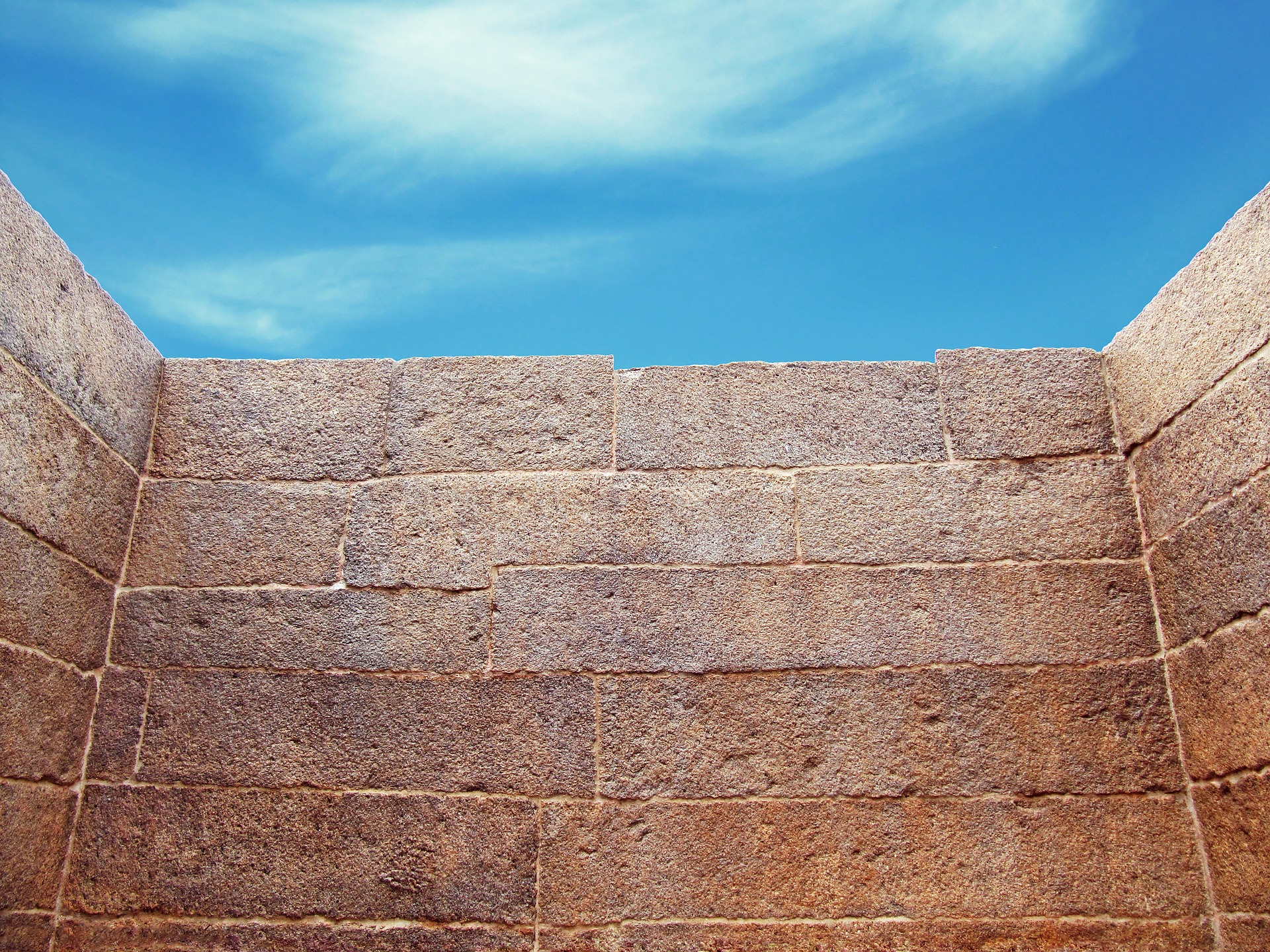 wall-644468_1920